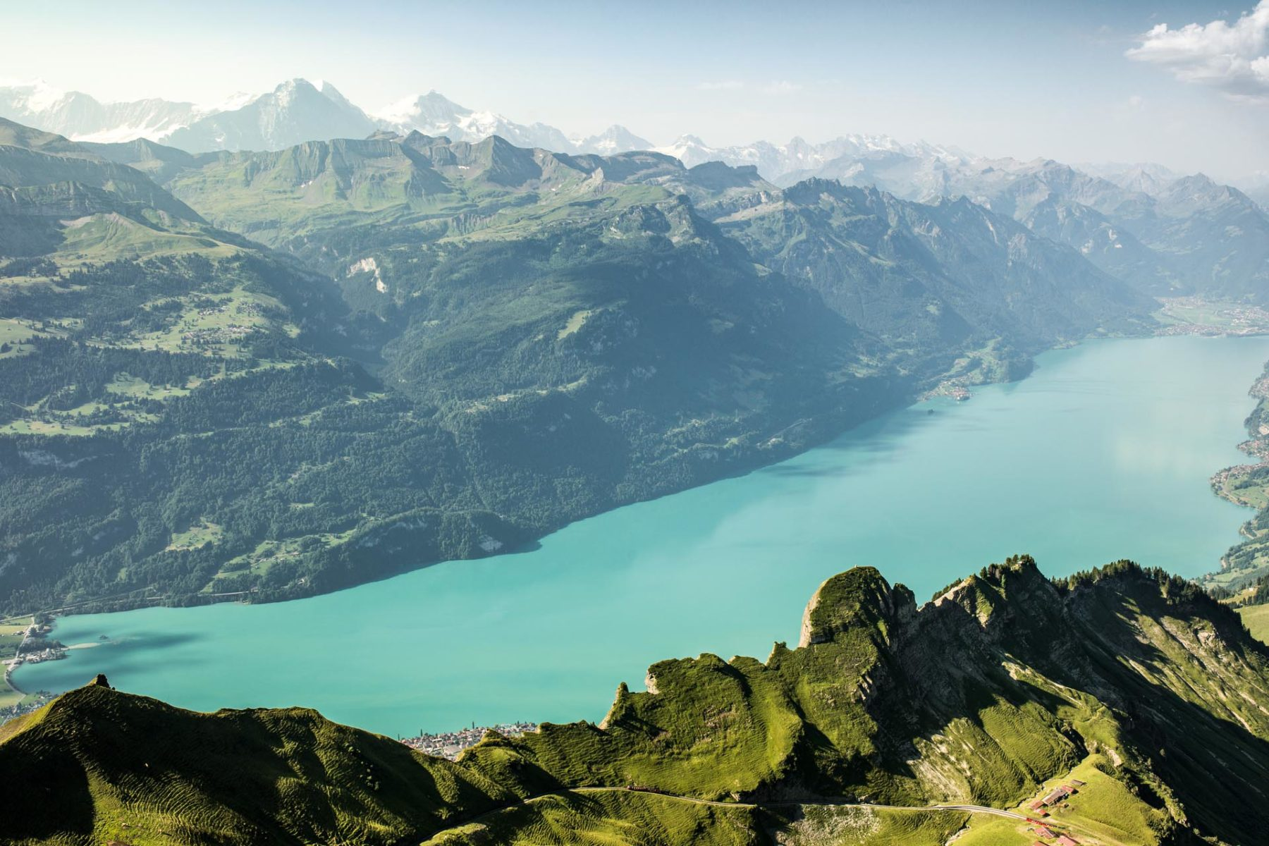 Schweiz. ganz natuerlich. Sicht von Brienzer Rothorn auf den Brienzersee mit dem Dreigestirn im Hintergrund. Switzerland. get natural. View of Brienzer Rothorn on Lake Brienz with the Dreigestirn in the background. Suisse. tout naturellement. Vue de Brienzer Rothorn sur le lac de Brienz avec le Dreigestirn en arriere-plan. Copyright by: Switzerland Tourism - By-Line: swiss-image.ch/Ivo Scholz